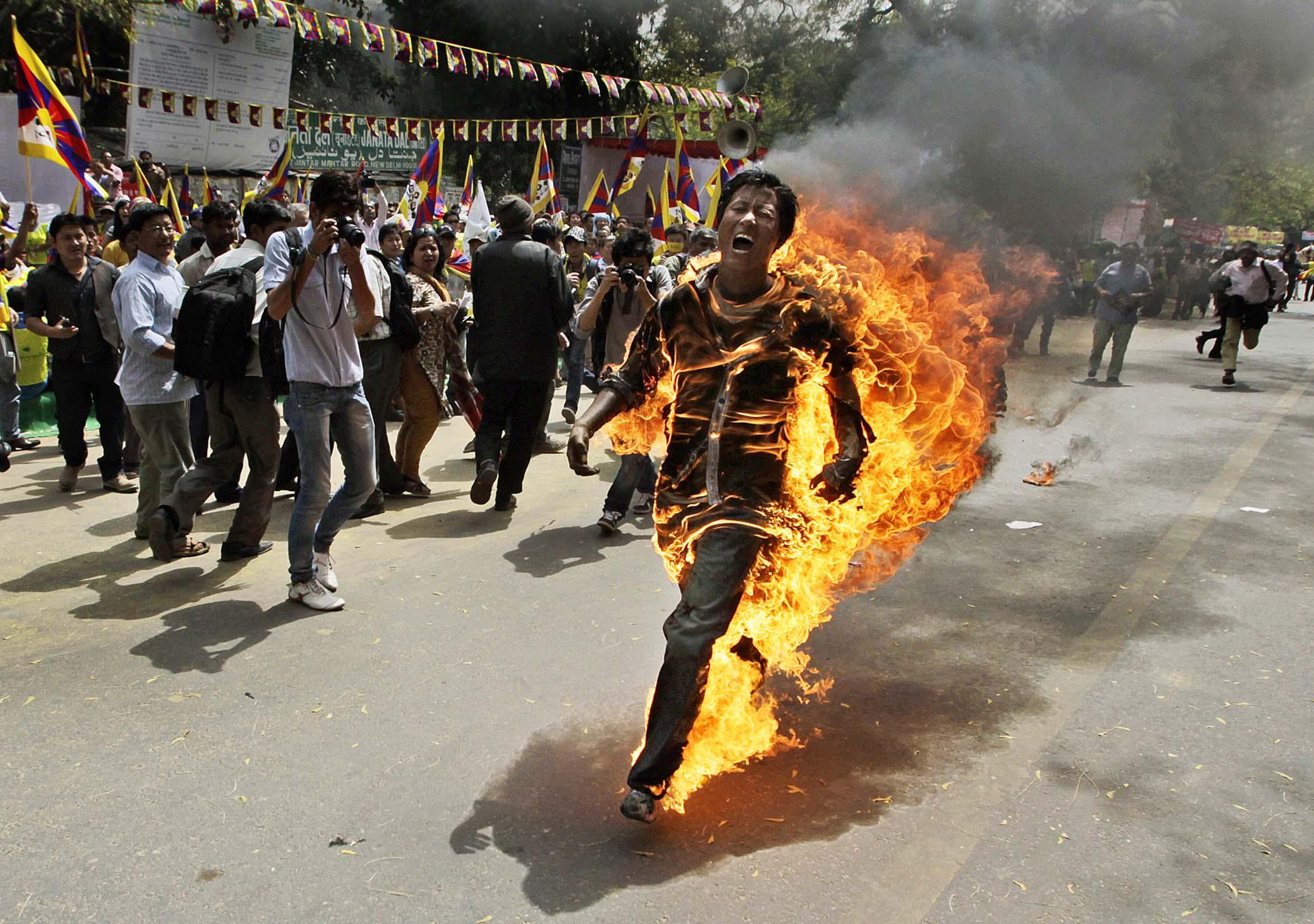 Китайська влада вилучає у тибетських монастирів телевізори, борючись зі самоспаленнями